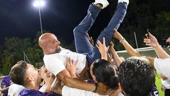 Die Lausanner Spieler feiern ihren Trainer Giorgio Contini