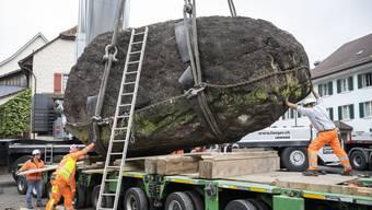 Schwertransport: 120-Tonnen-Findling erhält neuen Platz beim Schloss Hallwyl (11.06.2020)
