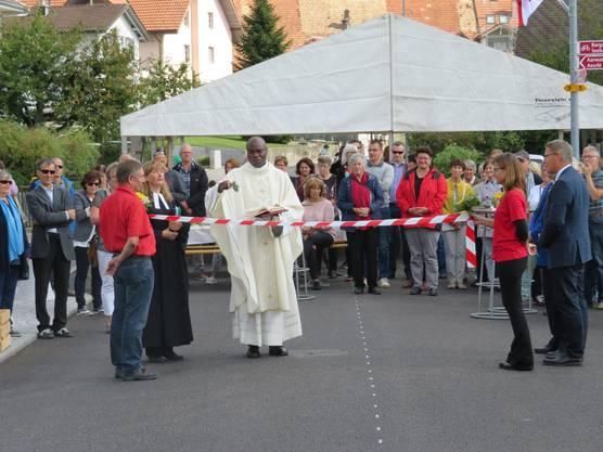 Der katholische Pfarrer Valentine Koledoye segnete die Gallishofstrasse.