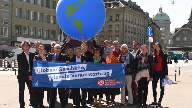 Die Initianten der Konzernverantwortungsinitiative in Bern. (Archivbild)