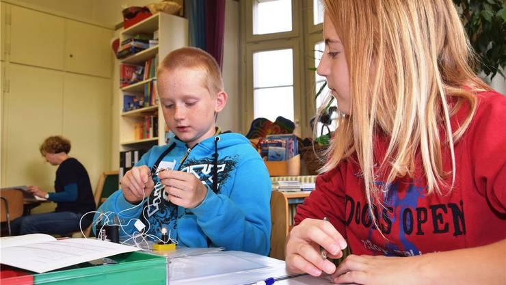 Die Schule Brugg funktioniert: Das Foto stammt vom Schulhaus Stapfer. Ende Oktober 2014 arbeitete eine Klasse mit dem mobilen Lernlabor. (Archiv)