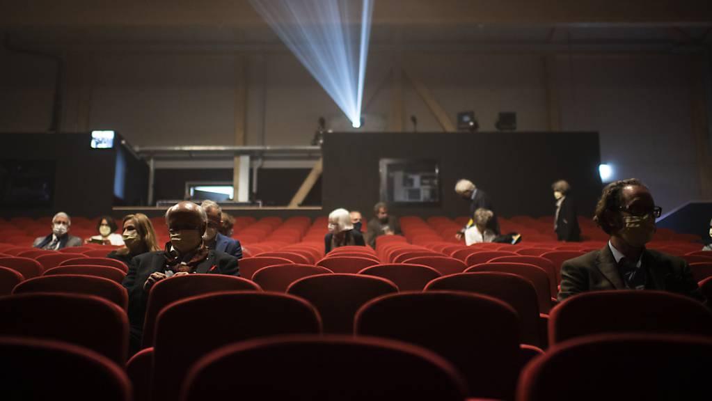Blick ins Theater-Provisorium «UM!BAU» neben der Tonhalle in St. Gallen. Hier dürfen derzeit 100 Zuschauerinnen und Zuschauer die Vorführungen geniessen. Das Theatergebäude nebenan wird saniert und erneuert (Archivbild).