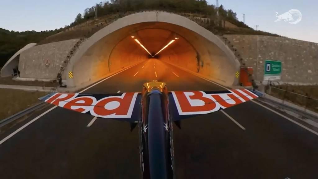 Neuer Weltrekord: Im Flugzeug mit 245 km/h durch zwei Tunnel
