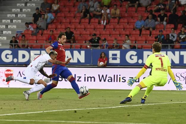Der FC Basel fackelt nicht lange: Luca Zuffi (M.) erzielt wenige Minuten nach Wiederanpfiff das Tor zum 1:2 gegen Valon Behrami (l.) und Torhüter Anton Mitryushkin (r.).