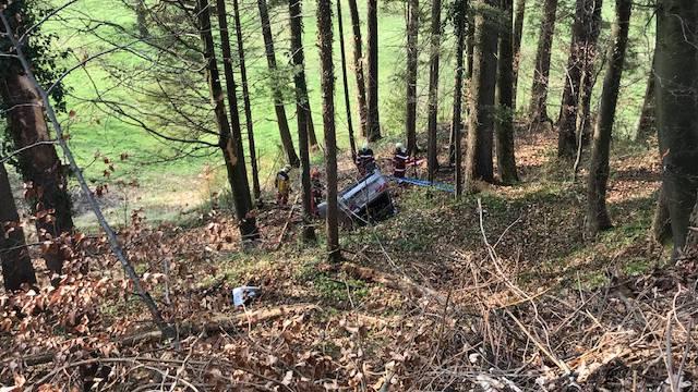 Der Suzuki rutschte einen Abhang hinunter, wobei er einen Baumstrunk touchierte. (Symbolbild)