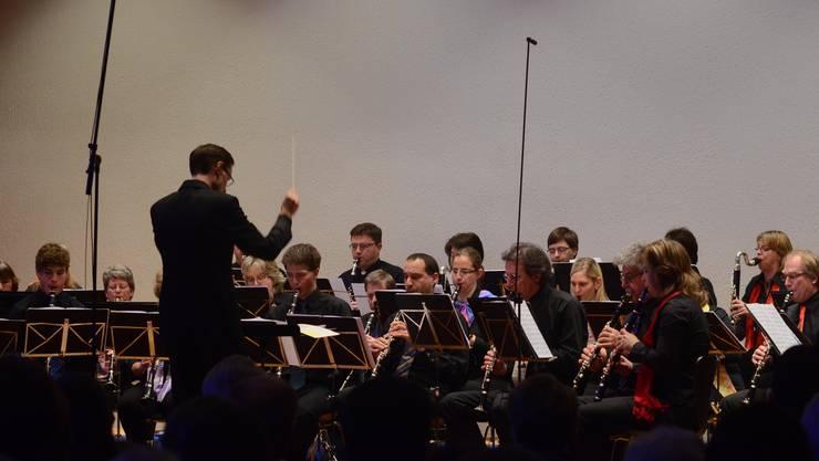 33 Klarinettenspieler auf einer Bühne, in der Formation eines Orchesters