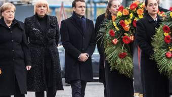 Frankreichs Präsident Emmanuel Macron (Mitte) auf dem Weg zur Neuen Wache, der zentralen Gedenkstätte für die Opfer von Krieg und Gewaltherrschaft. Dort legte er unter anderem mit Bundeskanzlerin Angela Merkel (l.) und Bundestagsvizepräsidentin Claudia Roth (Grüne, 2. von links) Kränze nieder.