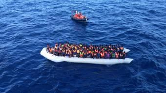 Bootsflüchtlinge kurz vor ihrer Rettung nahe der italienischen Küste (Archiv)