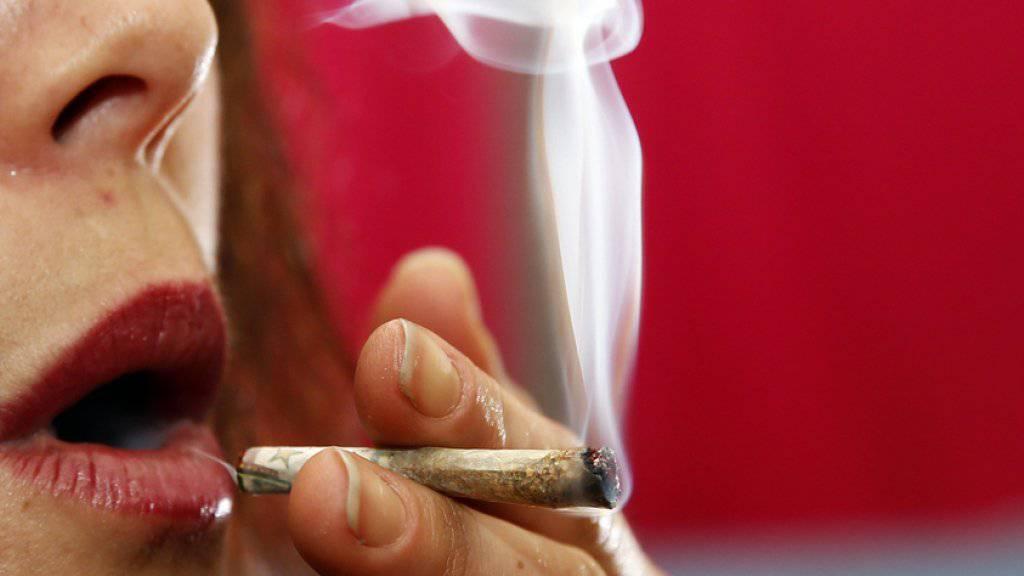 Cannabiskonsumenten werden nicht in allen Kantonen gleich behandelt, wie die Stiftung Sucht Schweiz herausgefunden hat (Symbolbild).