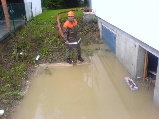 Zivilschützer bei einem der seltenen Ernsteinsätze, Aufräumarbeiten nach dem Hochwasser in Ober- und Unterkulm 2007.