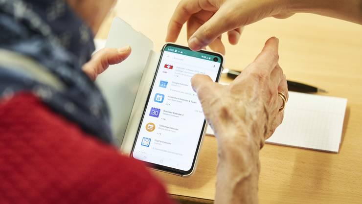 Ob fotografieren, Mails versenden oder Apps installieren: Die Dietiker Schülerinnen und Schüler gehen den Senioren am Tablet- und Smartphone-Kurs helfend zur Hand.