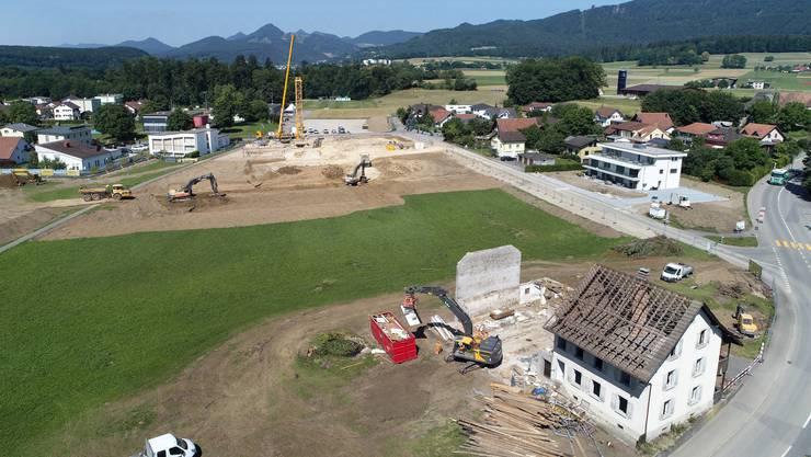 Hier wird der erste von insgesamt fünf Baukränen aufgebaut (oben Mitte, gelb).