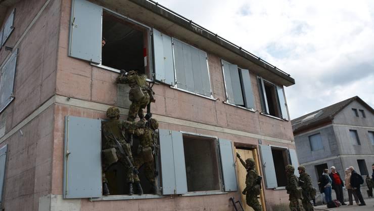 Die Wachtmeister Yanis Giroud, Florian Borgeat und Yasin Zorgui (links im Bild) erklimmen eine Fassade auf dem Stierliberg.