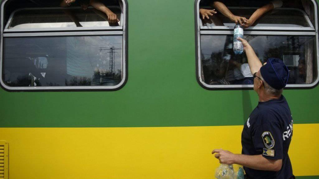 Die seit Mittag im Zug sitzenden Flüchtlinge verweigerten demonstrativ die von der Polizei angebotene Nahrung.