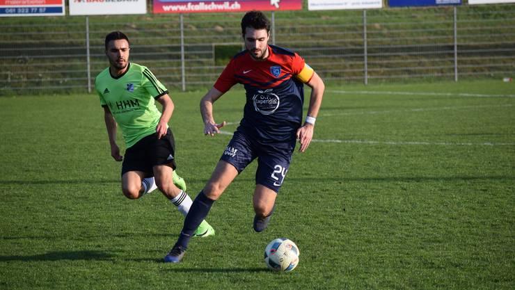 Allschwil und Timau trennen sich torlos. Im Bild: Allschwils Captain Drazen Cosic (blaurot) und Timaus Stürmer Mickaël Feghoul (grün).