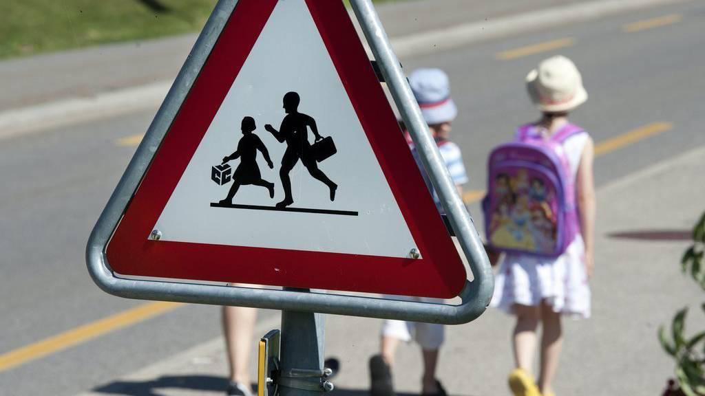 Ein Mann soll auf dem Schulweg im Quartier Rotmonten unterwegs sein (Symbolbild)