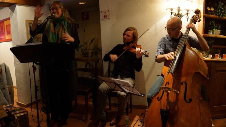 Spielten im Gasthof zur Waag Bad Zurzach rätoromanische Volkslieder - Trio Pflanzplätz Violinist Andy Gabriel und Sängerin Corin Curschellas