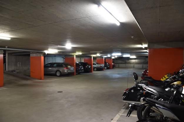 Ich bin auch eine Garage: Die Zivilschutzanlage an der Baslerstrasse sollte eigentlich 600 Menschen Schutz bieten. Dafür müsste man jedoch zuerst einmal sämtliche Fahrzeuge wegbringen.