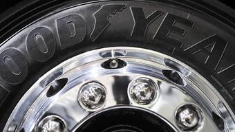 ARCHIV - Der Schriftzug «Goodyear» steht auf einem LKW-Reifen. Foto: Ole Spata/dpa