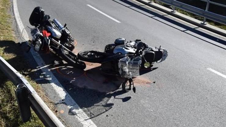 Bei der Frontalkollision zweier Motorräder auf der Flüelapassstrasse erlitten alle drei Personen Verletzungen.