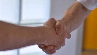 Der Handschlag zwischen Patient und Pfleger fällt weg (Symbolbild)