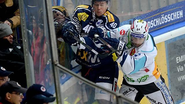 Benjamin Neukom (r.) drückt Ambris Markus Nordlund gegen die Bande
