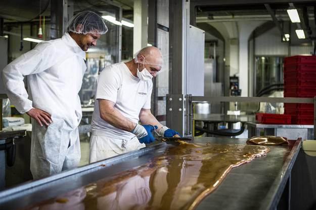 Christoph Richterich beobachtet, wie Halter Caramel entsteht