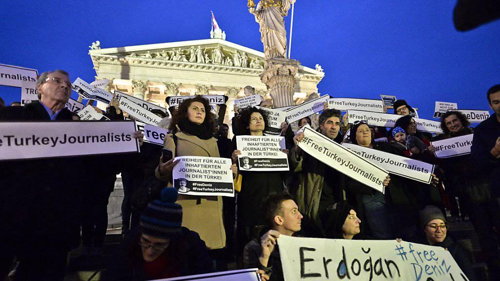 Protest in Wien gegen Yücels Inhaftierung