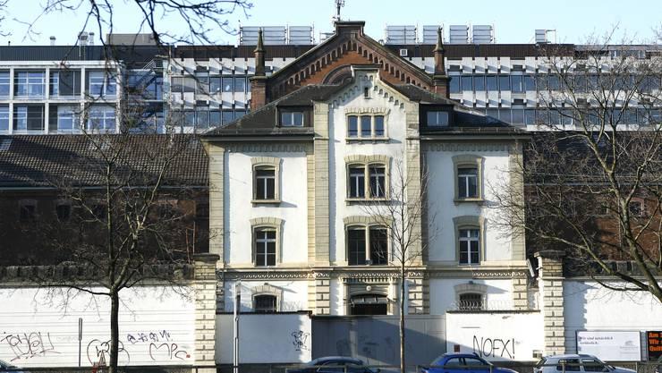 Im Umbruch: Momentan steht auf dem Schällemätteli-Areal noch das alte Gefängnis. Bald soll dort der Neubau des Life-Sciences-Gebäudes gebaut werden. (Bild: niz)
