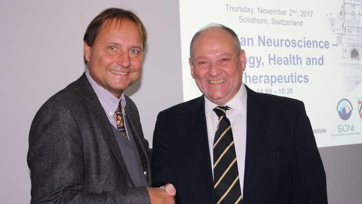 Gastgeber und Organisator Milek Kowalski (l.) mit dem prominenten Referenten, Professor Dr. med. Russel G. Foster von der Universität Oxford.