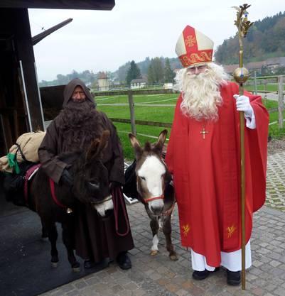 St. Nikolaus bereitet sich mit seinen treuen zwei-&vierbeinigen Helfern auf den Besuch in Wangen vor. Foto wurde von der Dienerin gemacht.
