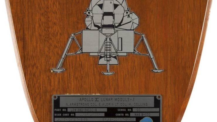 """Den höchsten Erlös mit fast 470'000 Dollar erzielte die Identifikationsplakette, die Armstrong in der Mondlandefähre """"Eagle"""" bei sich hatte."""