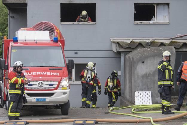 Der Hochhaus-Brand in Brügg bei Biel hielt am Montagmorgen Dutzende Feuerwehrleute in Atem.