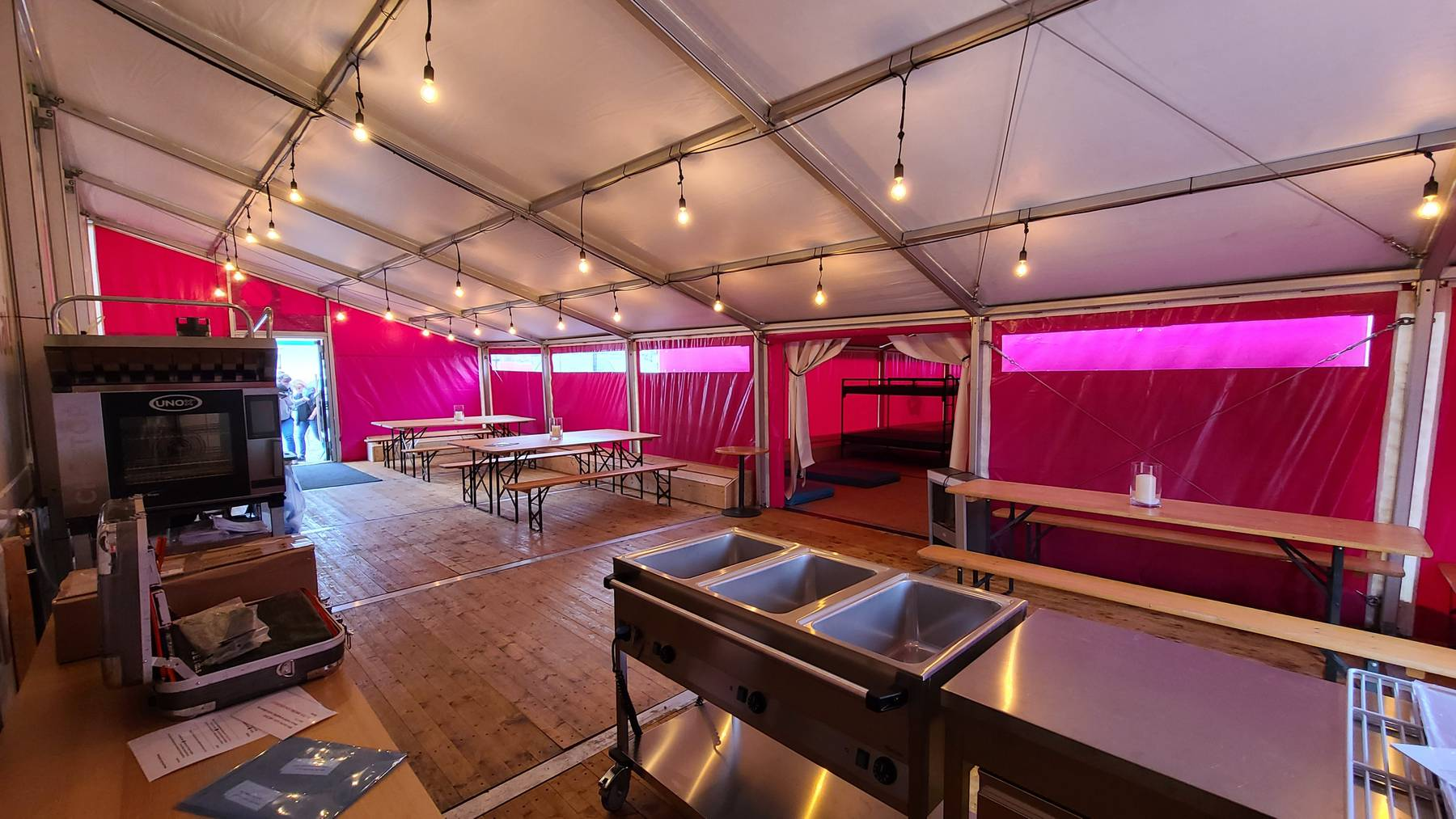 Die Notschlafstelle Pfuusbus wurde um ein Zelt erweitert, um Obdachlosen zusätzlichen Schutz zu bieten.