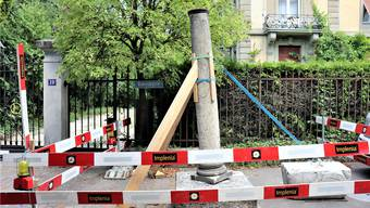 Schräg: Eine der beiden römischen Marmorsäulen an der Römerstrasse steht schief.
