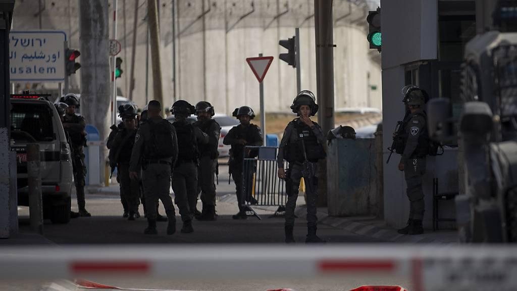 Mitglieder der israelischen Streitkräfte versammeln sich an einem Kontrollpunkt zwischen Jerusalem und Ramallah, an dem eine Frau erschossen wurde. (Archivbild) Foto: Majdi Mohammed/AP/dpa