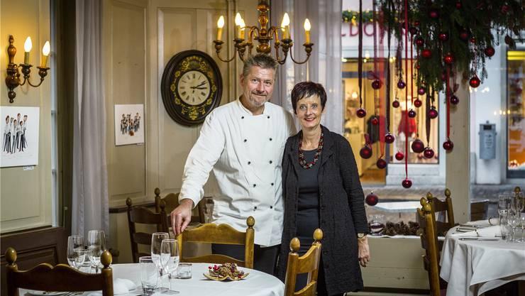 Markus und Rosmarie Roth in der beschaulichen «Hirschen»-Gaststube, aus der sie sich Mitte Januar 2016 verabschieden.Chris Iseli