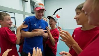 Nati-Verteidiger Mark Streit vertraute den Junioren des Hockeycamps, als sie ihn in ihre Mitte nahmen. Marcel Bieri