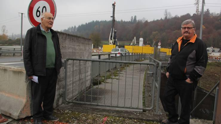 Präsident Emil Inauen (l.) und Garten-Chef Fritz Lehner von der Wohnbaugenossenschaft Brugg-Windisch wünschen sich einen direkten Fussweg zum Schrebergarten am Waldrand in Hausen.