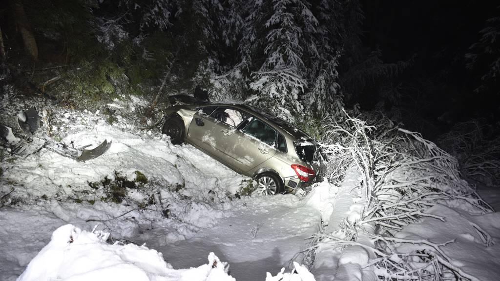 23-Jährige baut Autounfall und rutscht Abhang hinunter