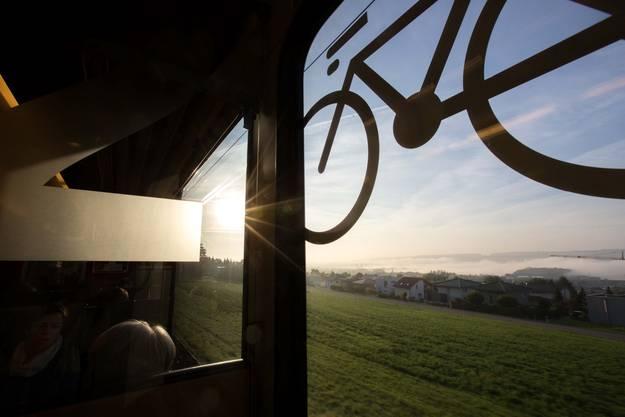 Fahrt mit der Bahn am frühen Morgen.