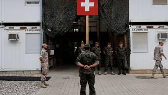 Sollen länger bleiben: Swisscoy-Mitglieder in West-Kosovo (Archiv)