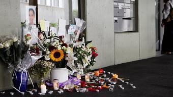 Blumen und Kerzen erinnern an das zwölfjährige Mädchen, das an seinem Wohnort ermordet wurde. (Archiv).