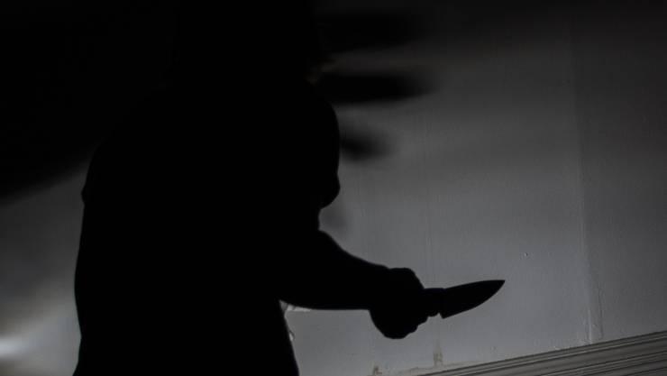 Der Dieb bedrohte sein Opfer mit einem Messer.