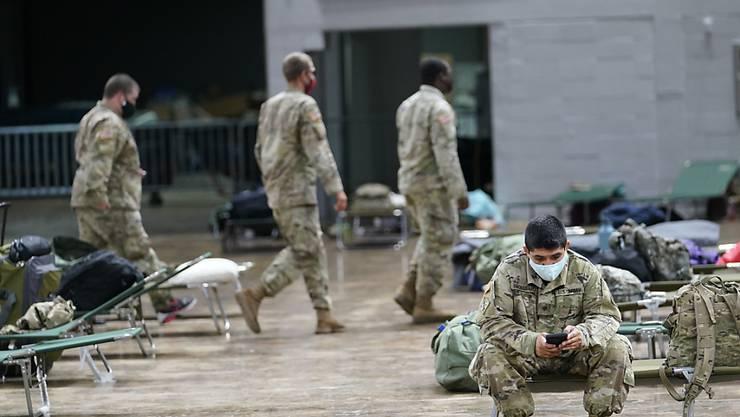 In Lake Charles in Louisiana stellen Mitglieder der Nationalgarde Betten in einem Schutzraum auf. Foto: Gerald Herbrt/AP/dpa