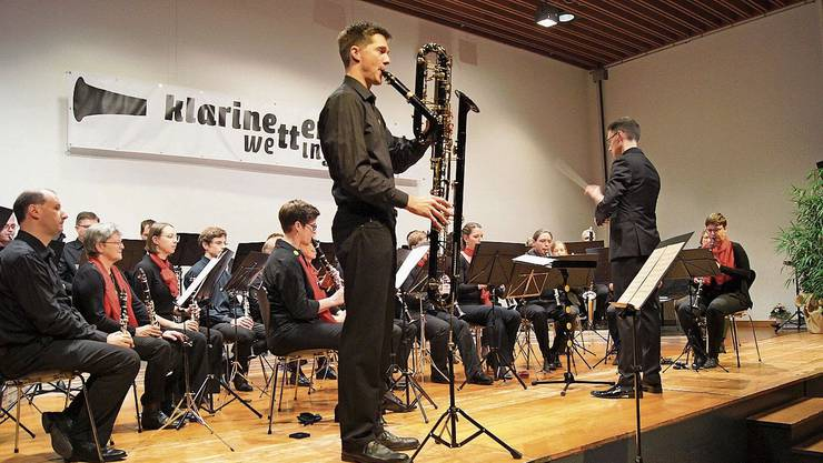 Pascal Gruber spielt den Beelzebub auf der Kontrabassklarinette, Dirigent Roland Käppeli gibt den Takt an
