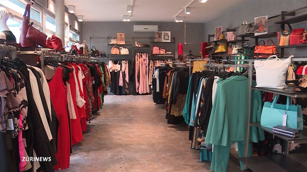 Räuber bedroht Boutique-Besitzerin mit Messer