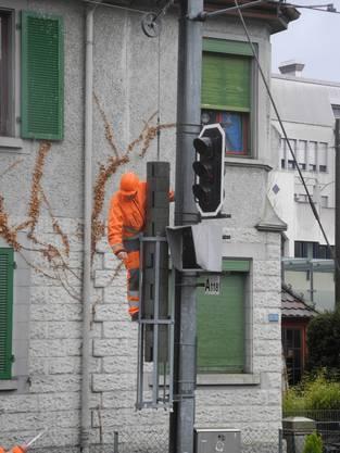 Techniker überprüften nach dem Baumsturz die Signalisationsanlage.