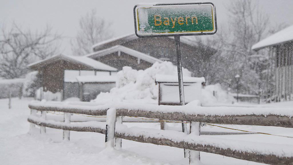 Der Süden Bayerns wappnet sich für weitere starke Schneefälle.