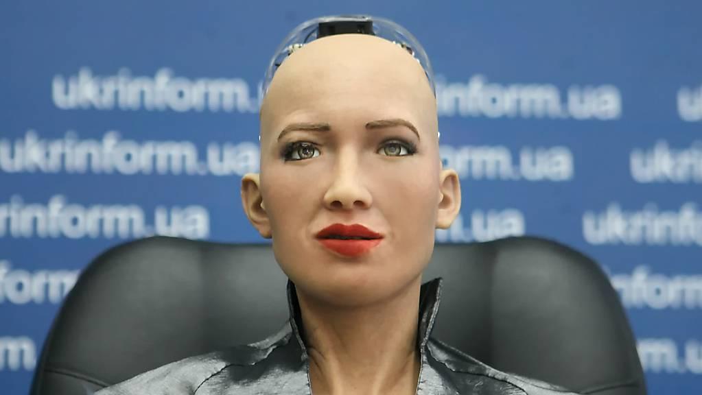 ARCHIV - Der humanoide Roboter Sophia nimmt an der Pressekonferenz bei seinem ersten Besuch in der Ukraine im Pressezentrum der ukrainische Nachrichtenagentur Ukrinform teil. Foto: -/Ukrinform/dpa